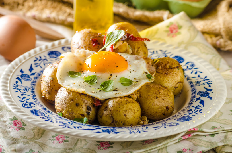 Lekkie kartofelki z jajkiem /123RF/PICSEL