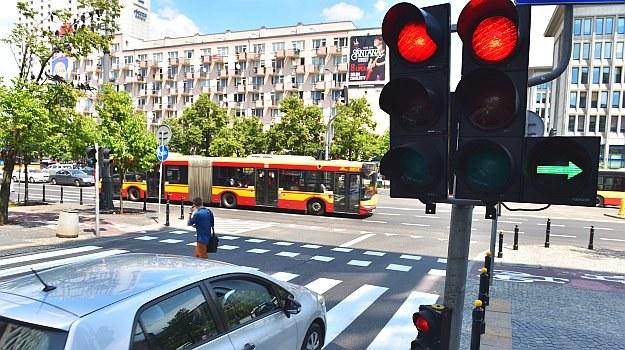 """Lekkie """"nagięcie"""" przepisu o obowiązku poruszania się prawym pasem polegające na zwolnieniu go dla tych, którzy na zielonej strzałce skręcają w prawo, pomoże upłynnić ruch. /Motor"""