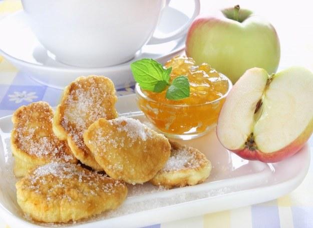 Lekkie placuszki z jabłkami /123RF/PICSEL