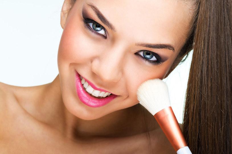 Lekkie podkłady rozświetlające nie blokują porów skóry i pozwalają skórze oddychać. Dzięki innowacyjnym pigmentom dobrze stapiają się ze skórą, nadając jej naturalny wygląd /123RF/PICSEL