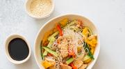Lekkie sałatki z makaronem ryżowym