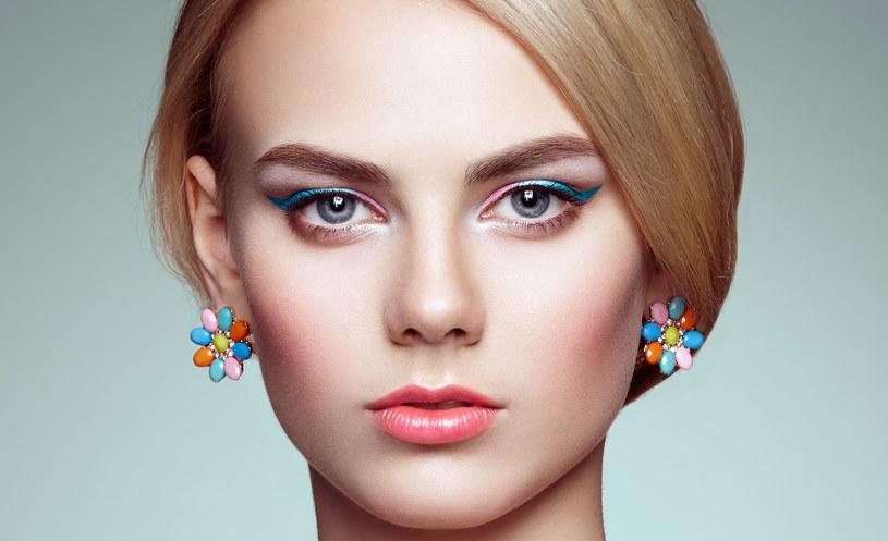 Lekko uniesione brwi optycznie powiększają oczy /MWMedia