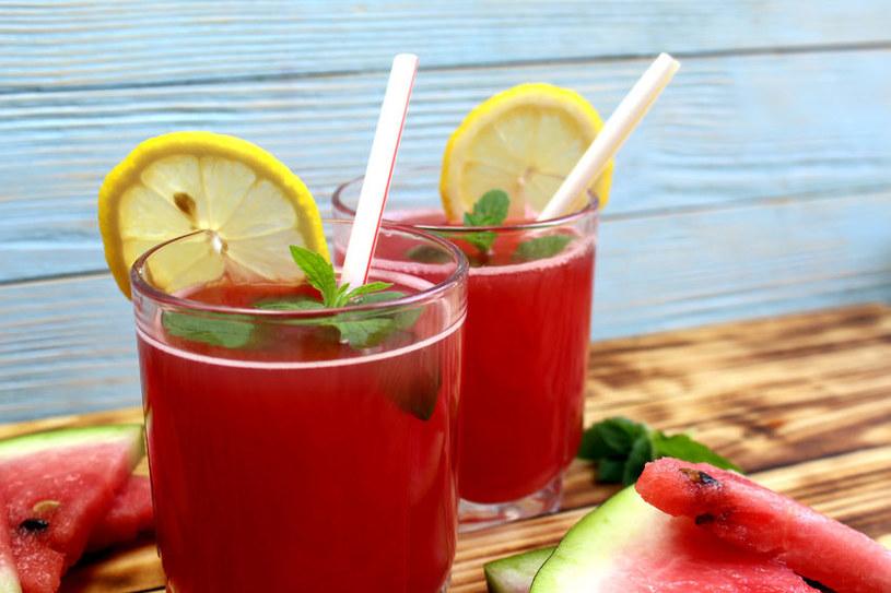 Lemoniadę serwujemy z dodatkiem kostek lodu i listków świeżej mięty /123RF/PICSEL