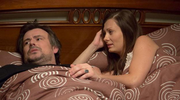Lena (Anita Sokołowska) i Witek (Bartosz Opania) w łóżku /Agencja W. Impact