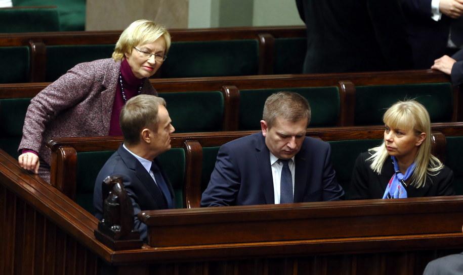 Lena Kolarska-Bobińska, Donald Tusk, Bartosz Arłukowicz i Elżbieta Bieńkowska w Sejmie /Tomasz Gzell /PAP