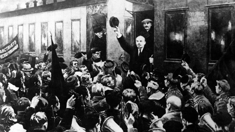 Lenin wysiada z pociągu, którym przyjechał na koszt Niemców do Petersburga /Domena publiczna /INTERIA.PL/materiały prasowe