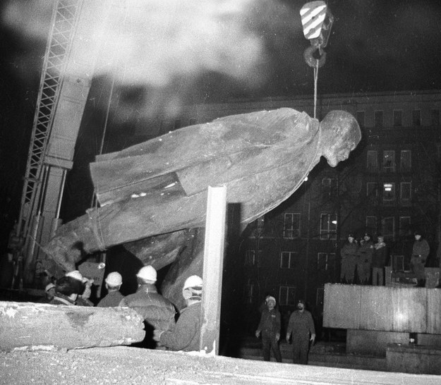 Lenin zdemontowany i zdjęty z cokołu. 10 grudnia 1989 r. /Stanisław Gawliński/Fotonova /East News
