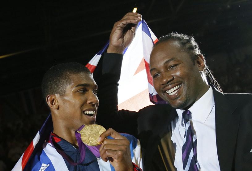 Lennox Lewis (z prawej) z Anthony'm Joshuą /AFP