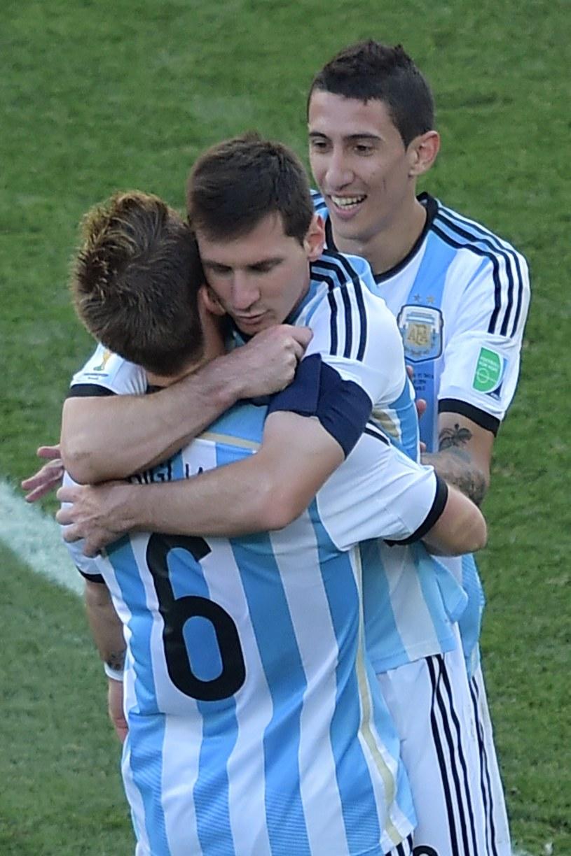 Leo Mesii nie tylko w Barcelonie, ale też w reprezentacji Argentyny jest noszony na rękach. Podnosi go Lucas Biglia, za nimi Angel Di Maria. /AFP