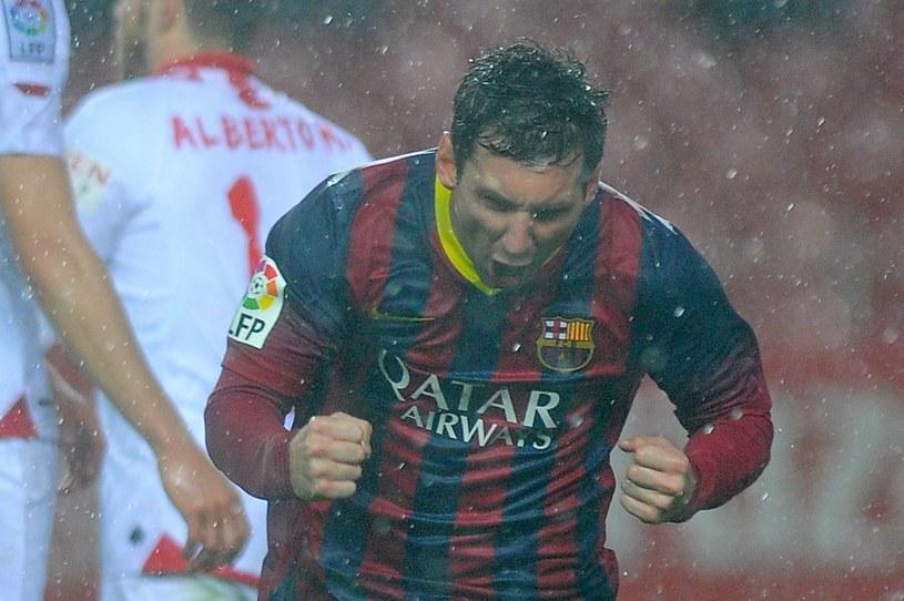 Leo Messi cieszy się z bramki w meczu z Sevillą /AFP