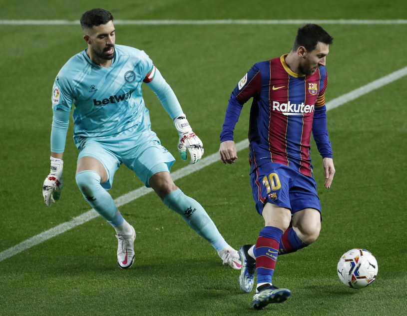 Leo Messi (po prawej) /ANDREU DALMAU /PAP