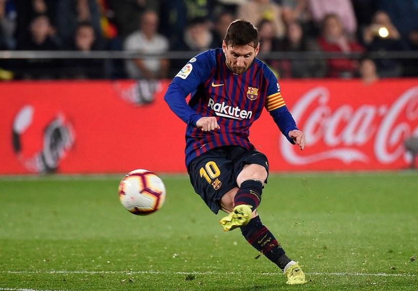Leo Messi strzela gola dla Barcelony. Już szóstego w tym sezonie z rzutu wolnego /AFP