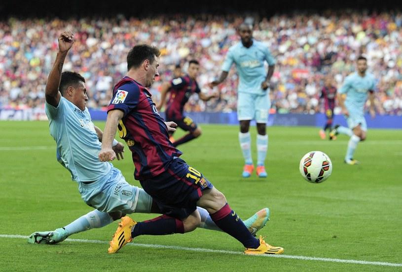 Leo Messi strzela gola za golem /AFP