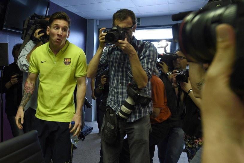 Leo Messi z dziwną miną w drodze na konferencję prasową /AFP