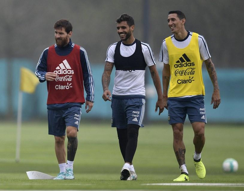Leo Messi (z lewej) i Angel Di Maria (z prawej) podczas treningu reprezentacji Argentyny /AFP