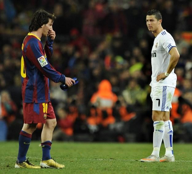 Leo Messi (z lewej) i Cristiano Ronaldo podczas ostatnich Gran Derbi Espana /AFP
