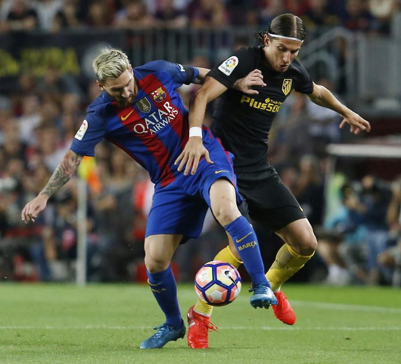 Leo Messi (z lewej) kontra Filipe Luis /AFP