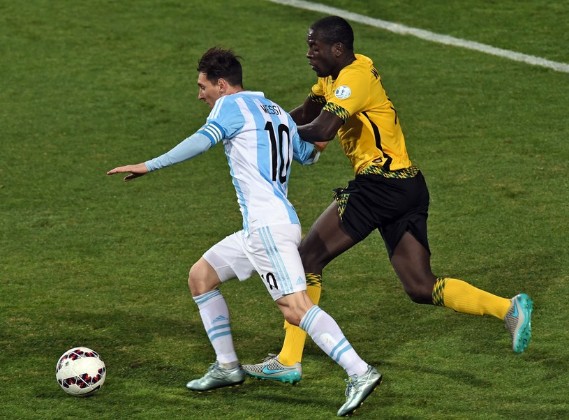 Leo Messi (z lewej) w pojedynku z reprezentantem Jamajki /AFP