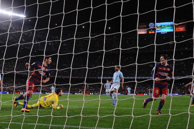 Leo Messi (z prawej) przed chwilą podał piłkę do Luisa Suareza z... rzutu karnego /AFP