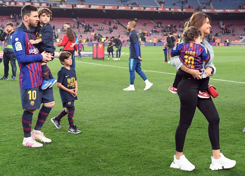 Leo Messi z żoną Antonella i dziećmi /AFP