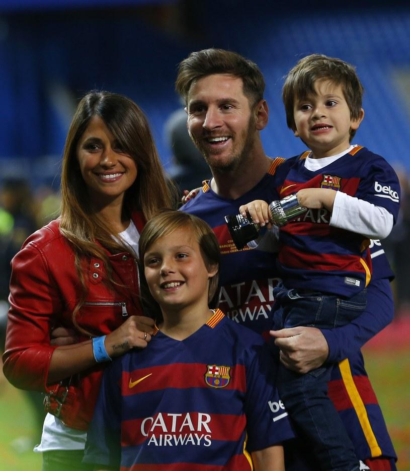 Leo Messi z żoną i synem (chłopiec na rękach u piłkarza) /East News