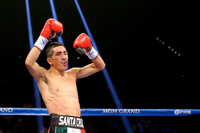 Leo Santa Cruz cieszy się po zwycięstwie z Manuelem Romanem /AFP
