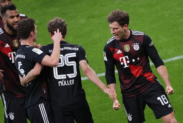 Leon Goretzka (R) z Bayernu świętuje po tym, jak strzelił gola na 0-1 podczas meczu piłkarskiego niemieckiej Bundesligi pomiędzy RB Lipsk i FC Bayern Monachium /ALEXANDER HASSENSTEIN / POOL / POOL /PAP/EPA