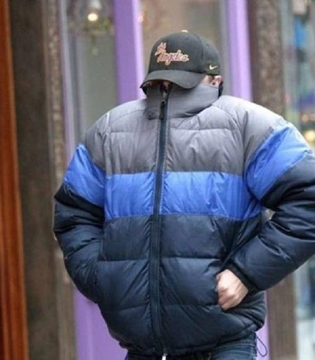 Leonardo DiCaprio usiłujący ukryć się przed fotoreporterami /Twitter
