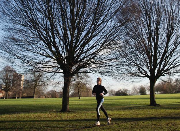 Lepiej biegać truchtem codziennie niż maratony raz na miesiąc /Getty Images/Flash Press Media