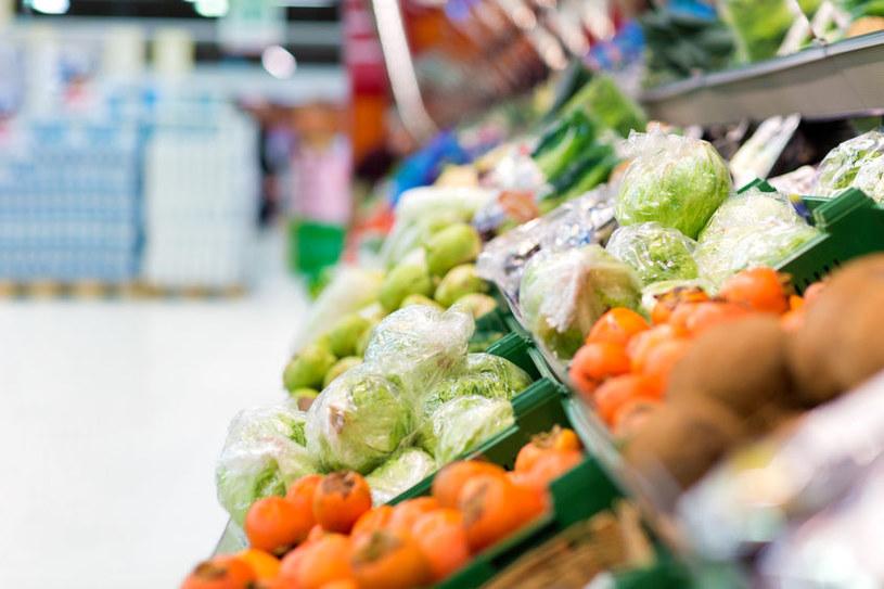 Lepiej kupić sałatę, która nie jest pakowana w folię /123RF/PICSEL