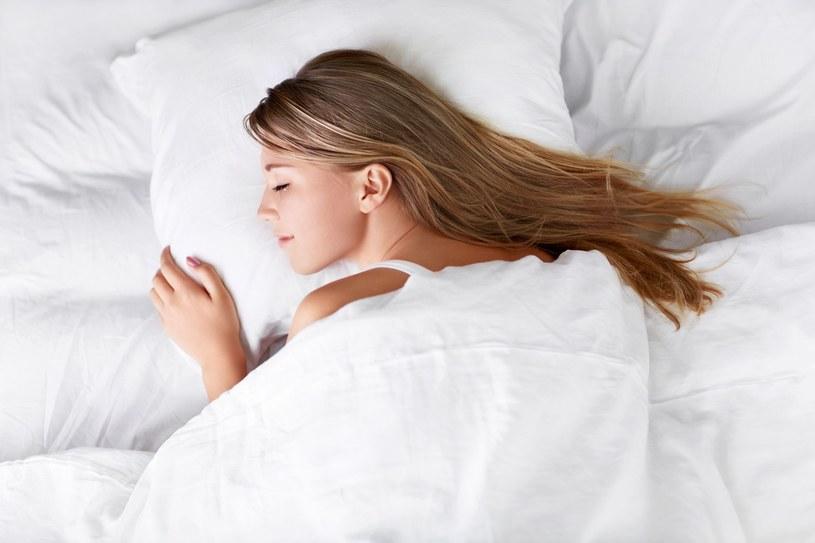 Lepiej upiąć włosy na noc, aniżeli spać w rozpuszczonych /123RF/PICSEL