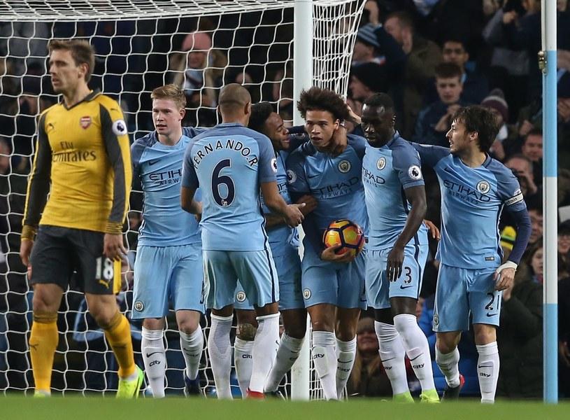 Leroy Sane (z piłką) przyjmuje gratulacje od kolegów z Manchesteru City po zdobyciu gola /PAP/EPA