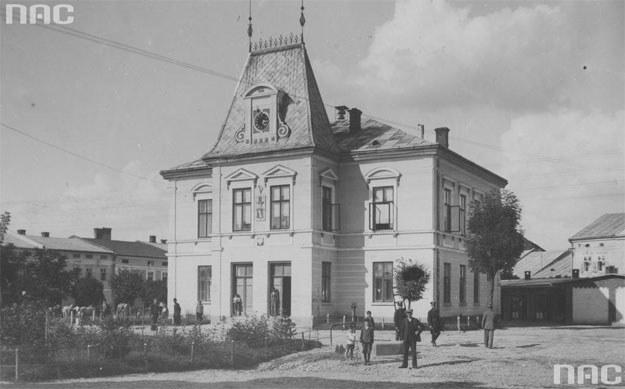 Lesko: Fragment rynku z widocznym ratuszem od strony fasady /Z archiwum Narodowego Archiwum Cyfrowego