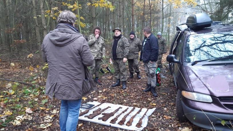 Leśnicy z Nadleśnictwa Kalisz poinformowali o odkryciu depozytu z bronią za leśniczówką Morawin koło Kalisza /Facebook/DENAR Kalisz  /facebook.com