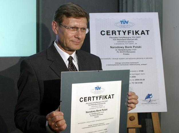 Leszek Balcerowicz, ówczesny prezes NBP, z certyfikatem ISO 9001. Fot. Kacper Pempel /Reporter