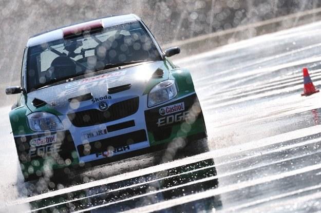 Leszek Kuzaj  podczas jazd testowych skodą fabią S2000 /