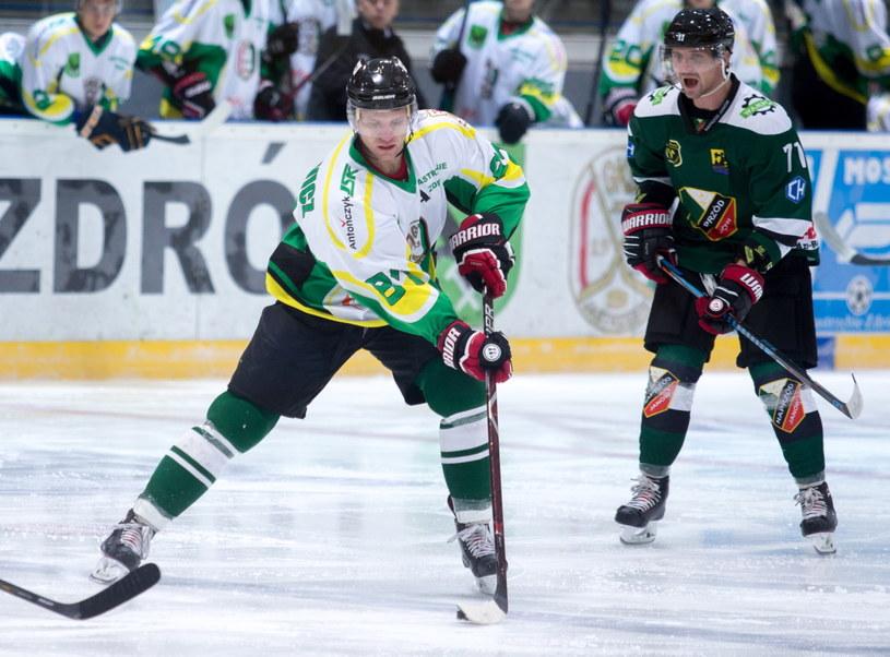 Leszek Laszkiewicz (na pierwszym planie) przypieczętował zwycięstwo JKH GKS Jastrzębie /Andrzej Grygiel /PAP