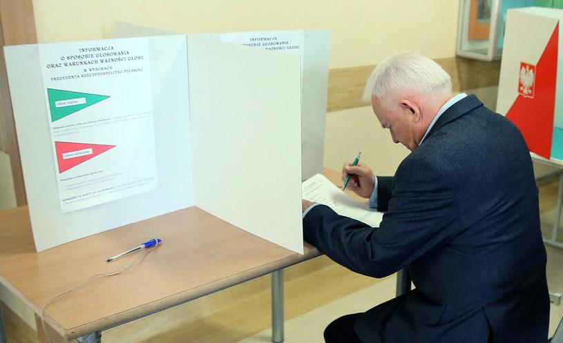 Leszek Miller głosuje w I turze wyborów /Tomasz Gzell /PAP