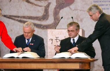 Leszek Miller (L) i Włodzimierz Cimoszewicz podpisują Traktat Akcesyjny /arch. AFP