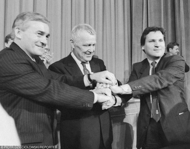 Leszek Miller, Mieczysław Rakowski i Aleksander Kwaśniewski podczas ostatniego zjazdu PZPR /Reporter