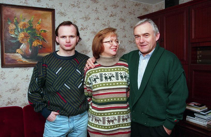 Leszek Miller z żoną i synem (1995 r.) /Marek Szymański /Agencja FORUM