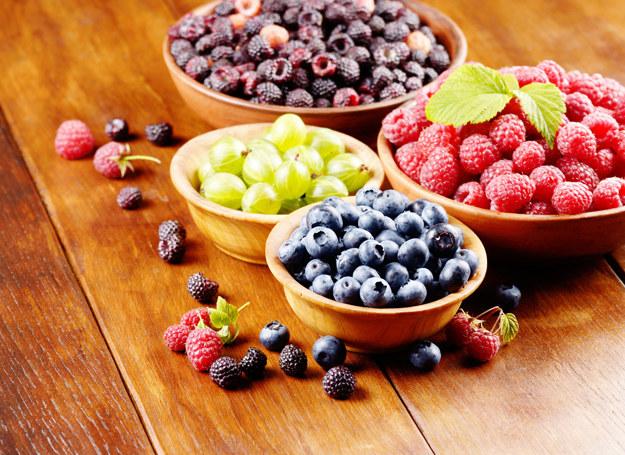 Letnia dieta pełna sezonowych drobnopestkowych owoców (jak maliny, porzeczki, borówki) nie działa korzystnie /123RF/PICSEL