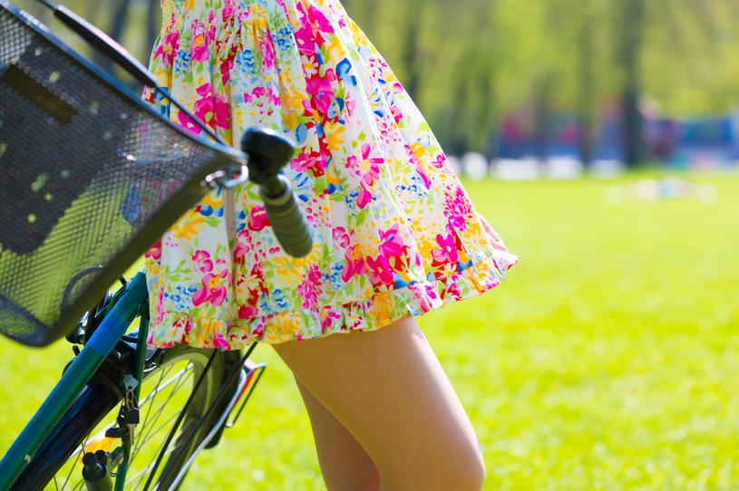 Letnia sukienka w kwiaty to absolutny klasyk /123RF/PICSEL