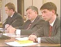 Lew Rywin (w środku) w otoczeniu swoich pełnomocników /RMF