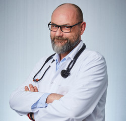 Dr n.med. Tomasz Lewandowski jest onkologiem klinicznym z ponad 20-letnim stażem, pracującym wcześniej w Centrum Onkologii w Warszawie, a od 4 lat ordynatorem Oddziału Onkologii w Radomskim Centrum Onkologii.