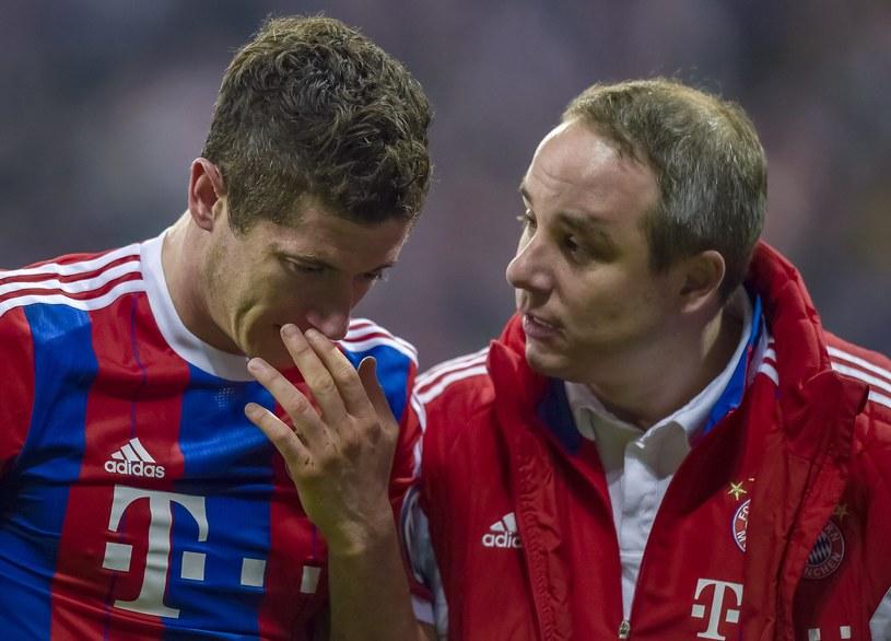 Lewandowski z lekarzem Bayernu /AFP