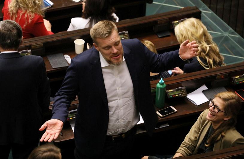 Lewica notuje największy spadek, na zdjęciu jeden z liderów Lewicy Adrian Zandberg /Jakub Kamiński   /East News
