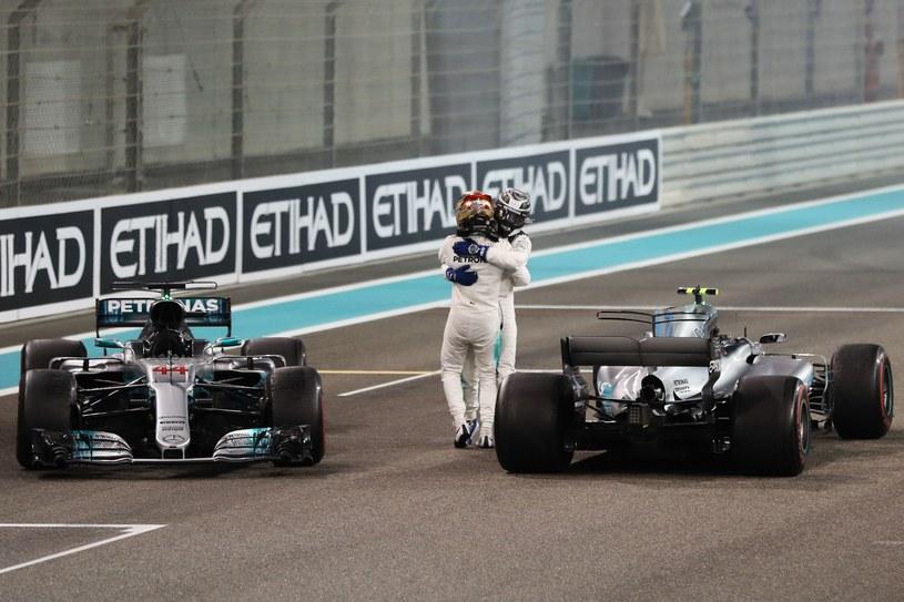 Lewis Hamilton  gratuluje Valtteriemu Bottasowi /AFP