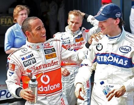 Lewis Hamilton i Robert Kubica mieli powody do zadowolenia po kwalifikacjach /AFP