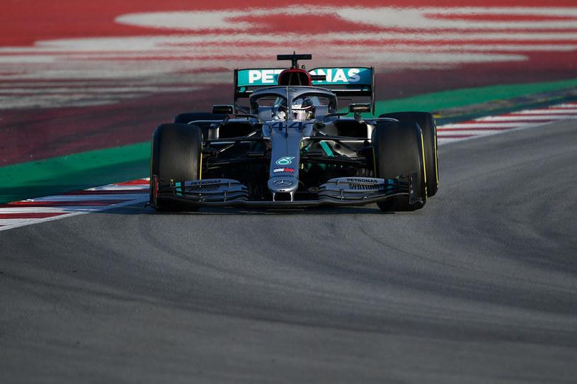Lewis Hamilton na torze w Barcelonie /LLUIS GENE /AFP